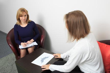 psicologia: Psicólogo Mujer consultar hombre pensativo durante la sesión de terapia psicológica Foto de archivo