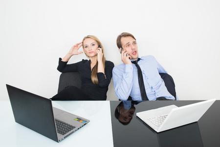 ejecutivo en oficina: el hombre y la mujer en la oficina para los portátiles. en blanco y negro