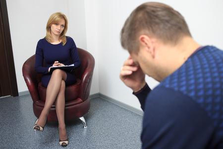 terapia psicologica: hombre adulto en la recepción en el psicólogo. sesión de terapia psicológica