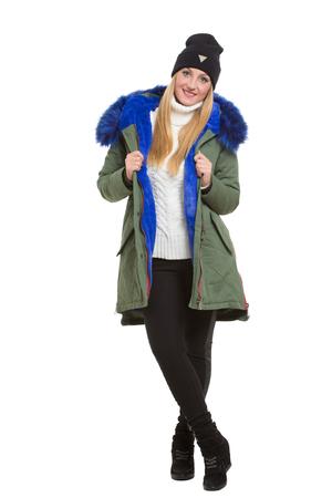 moda ropa: Mujer joven linda que llevaba bufanda de invierno chaqueta y gorra