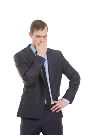 desconfianza: gestos desconf�an de mentiras. lenguaje corporal. un hombre en un traje de negocios aislados sobre fondo blanco