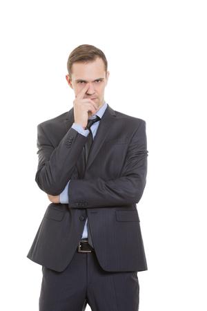 desconfianza: gestos desconfían de mentiras. lenguaje corporal. un hombre en un traje de negocios aislados sobre fondo blanco