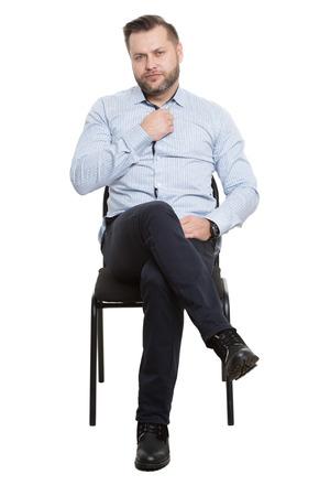 comunicacion no verbal: Hombre sentado en la silla. Fondo blanco aislado Foto de archivo