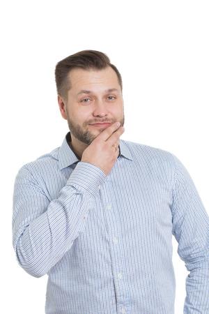 comunicacion no verbal: adulto de sexo masculino con una barba. aislado sobre fondo blanco. mano cubre su boca. labios.