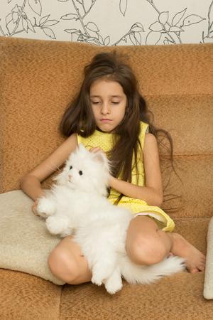 petite fille triste: Sad little girl, �treindre son jouet. maison