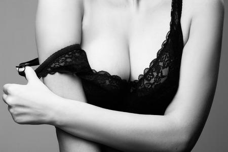 seni: donna con grandi seni in reggiseno nero Archivio Fotografico