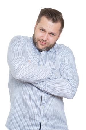 comunicacion no verbal: adulto de sexo masculino con una barba. fondo blanco aislado. postura defensiva cerrada. brazos cruzados. lenguaje corporal