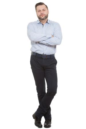 comunicacion no verbal: adulto de sexo masculino con barba. aislado en el fondo blanco. Postura defensiva cerrada. brazos cruzados. lenguaje corporal. Foto de archivo
