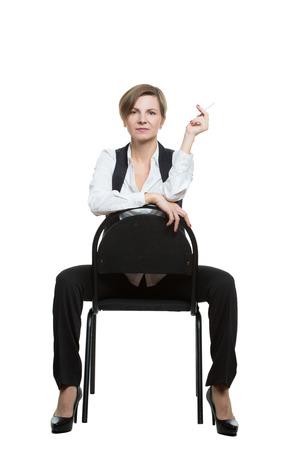comunicacion no verbal: mujer se sienta a horcajadas en una silla. shows sexy mu�eca. posici�n dominante. Aislado en el fondo blanco