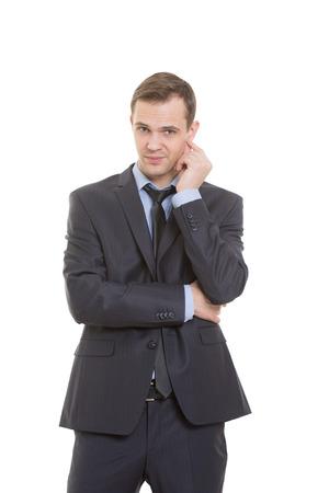desconfianza: lenguaje corporal. hombre en traje de negocios aislados sobre fondo blanco. rascarse, frotarse la oreja. gesto de desconfianza altavoz Foto de archivo