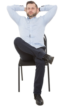 cuerpo hombre: Hombre sentado en la silla. Fondo blanco aislado. Lenguaje corporal. gesto.