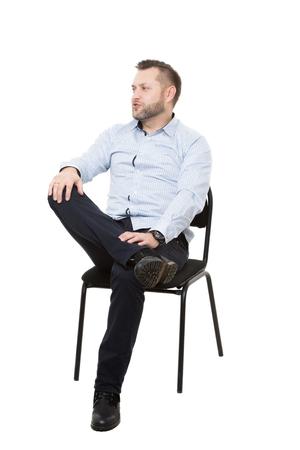 comunicacion no verbal: Hombre sentado en la silla. Fondo blanco aislado. Lenguaje corporal. gesto.