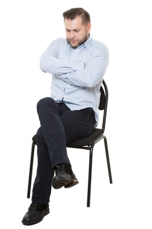 languages: Hombre sentado en la silla. Fondo blanco aislado. Lenguaje corporal. gesto.