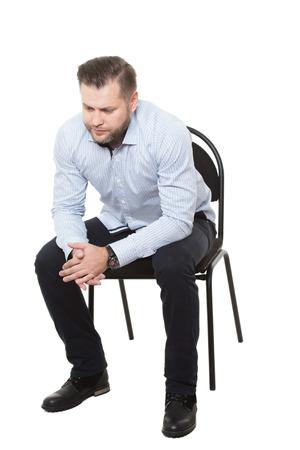 comunicacion no verbal: hombre sentado en la silla. fondo blanco aislado. Lenguaje corporal. gesto