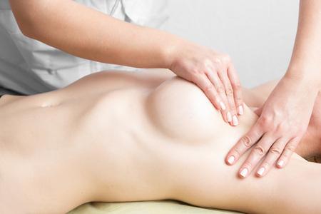 beaux seins: Beauté jeune femme recieving massage du sein au spa.