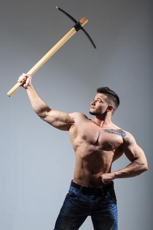 sexy man Muscular pickaxe holding. travail des mines de pierre.