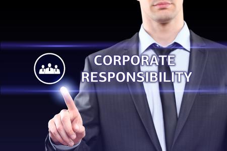 responsabilidad: negocios, tecnología, Internet y concepto de red - hombre de negocios presionando el botón de responsabilidad corporativa en las pantallas virtuales