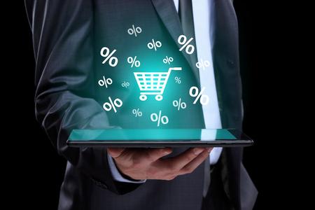 De aanrakings online het winkelen van de zakenmanhand pictogrammen op een tablet. business, technologie, internet en netwerken concept. Stockfoto