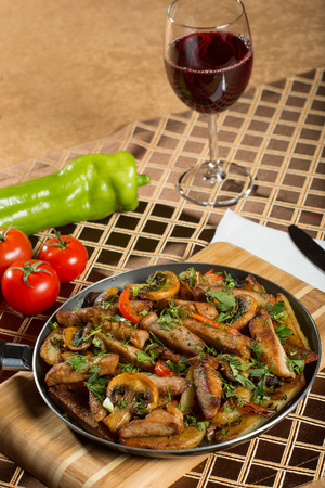 roast meat: roast meat in a frying pan. fried vegetables and beef Stock Photo