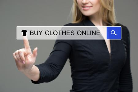 Mujer que presiona la ropa, comprar botón de línea. pantalla táctil
