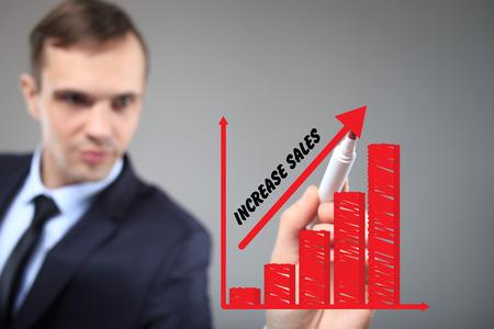 incremento: negocio, la tecnología y el concepto de internet. El hombre de negocios destacando el crecimiento del negocio en un gráfico. Incremento de ventas