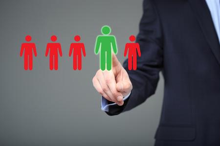 biznesmen wybór odpowiedniego partnera spośród wielu kandydatów. Technologia i internet koncepcji. Zdjęcie Seryjne