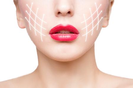 collage caras: Retrato de una mujer joven, hermosa y sana con las flechas en su rostro. spa, cirugía plástica, lifting facial y maquillaje concepto