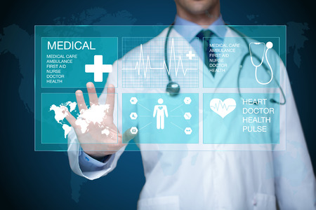 Lékař pracující na virtuální obrazovce. lékařské technologie koncepce