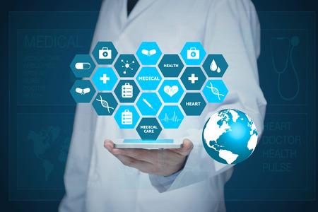 Doctor que trabaja en una pantalla virtual. concepto de tecnología médica Foto de archivo - 54210043