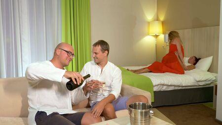 concetto LGBT. Coppie LGBT che si baciano a una festa in casa. Archivio Fotografico