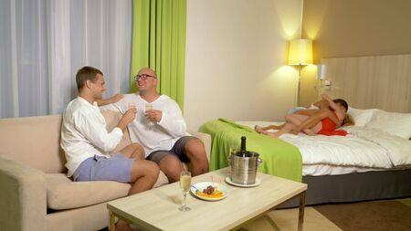 concetto LGBT. Coppie LGBT che si baciano a una festa in casa.