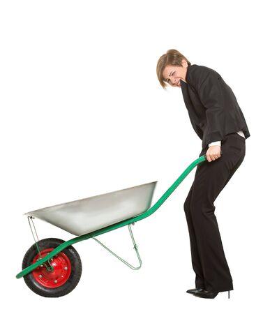 Allegorie. Büroangestellter, Manager, gequälte Geschäftsfrau mit einer Schubkarre auf weißem Hintergrund