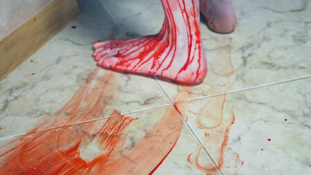 the bloody traces of blood from bare feet on the floor Zdjęcie Seryjne - 146385614
