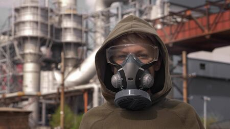 portrait of a woman in a respirator on the background of factory chimneys Zdjęcie Seryjne - 146879262