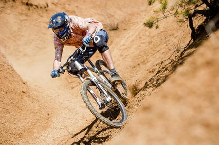 desierto: Mountainbiker monta en la garganta en desierto