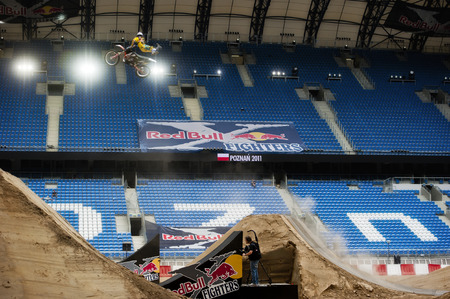 POZNAN, POLAND - AUGUST 5: A professional rider at the FMX Freestyle Motocross competition at Red Bull X-Fighters, 2011. 新聞圖片
