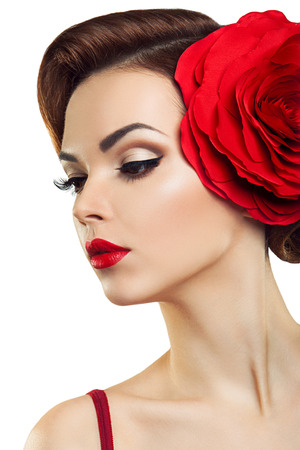 mujer con rosas: Dama apasionada con una flor roja en el pelo Foto de archivo