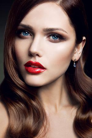 labios rojos: Retrato de la hermosa chica con labios rojos y ojos azules