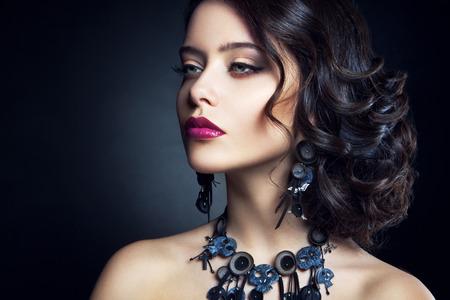 maquillaje de fantasia: Close-up retrato de estudio de la mujer hermosa bella modelo morena con el pelo largo castaño y rizado Foto de archivo