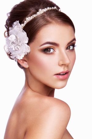 Portret van een mooie vrouw met bloemen in haar haar. Bruid.