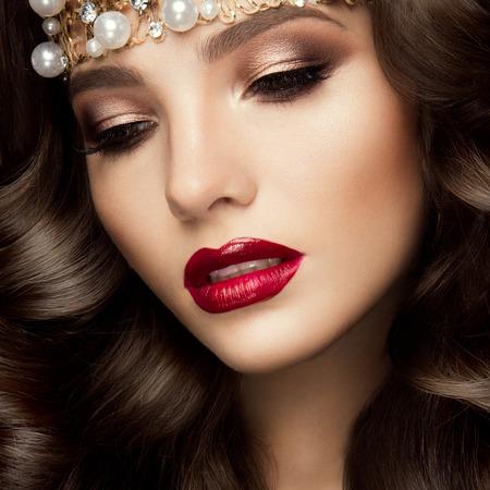 lips red: Modelo joven hermoso con los labios rojos y el pelo rizado