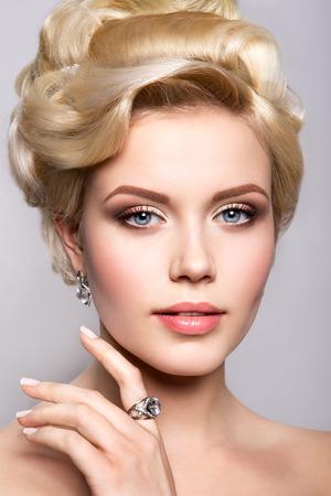 Portrait of beautiful bride. Wedding hairstyle. Bright make up. Standard-Bild