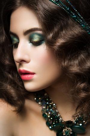 labios sensuales: Close-up retrato de mujer hermosa con maquillaje brillante y labios de color rosa