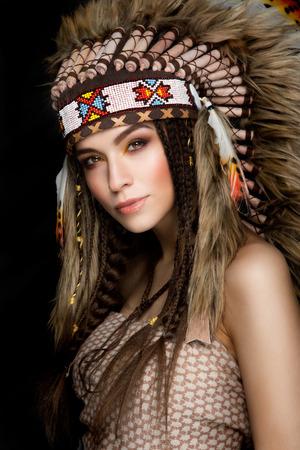 그녀의 머리에 바퀴벌레와 함께 아름 다운 민족 아가씨. 옥수수