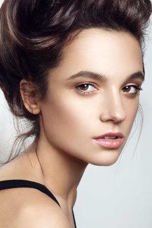 Glamour portrait de la belle femme modèle avec le maquillage frais du jour