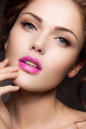 lipstick: Close-up retrato de mujer hermosa con maquillaje brillante Foto de archivo