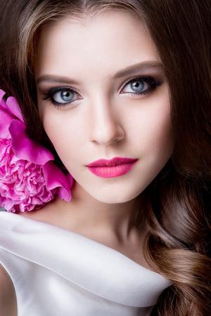 Close-up studio portrait of beautiful woman with bright make-up Standard-Bild