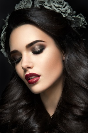Beauty Fashion Model Girl Portrait with Grey Roses Hairstyle. Red Lips. Beautiful Luxury Makeup and Hair Foto de archivo