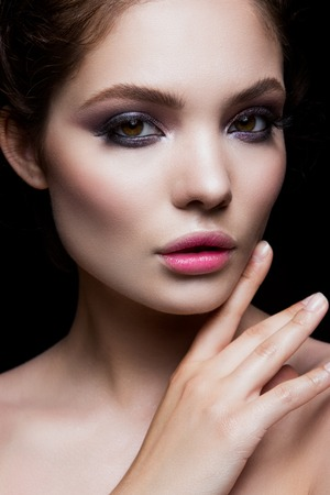 Close-up portrait of beautiful woman with bright make-up. Pink lips. Standard-Bild