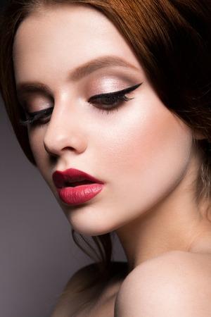 labios rojos: Close-up retrato de mujer hermosa con maquillaje brillante. Pelo rizado